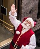 Santa Claus que olha acima e que acena, como visto de cima de fotografia de stock royalty free