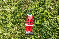 Santa Claus que pendura em uma corda branca Imagem de Stock Royalty Free