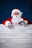 Santa Claus que señala en muestra en blanco Fotos de archivo