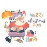 Santa Claus que senta-se na poltrona com gatos Foto de Stock Royalty Free