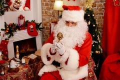 Santa Claus que senta-se na poltrona que guarda o giroscópio fotos de stock
