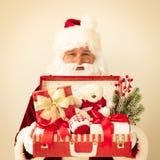 Santa Claus que sostiene la maleta Imágenes de archivo libres de regalías