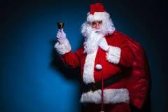 Santa Claus que sostiene su bolso en el hombro Foto de archivo libre de regalías