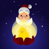 Santa Claus que sostiene un pollo Fotos de archivo libres de regalías