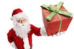 Santa Claus que sostiene una actual caja gliterry foto de archivo