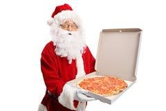 Santa Claus que sostiene una caja de la pizza fotos de archivo libres de regalías