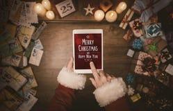 Santa Claus que usa uma tabuleta Imagens de Stock Royalty Free