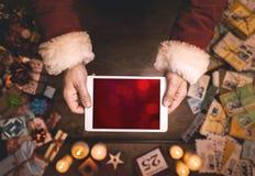 Santa Claus que usa uma tabuleta Foto de Stock Royalty Free