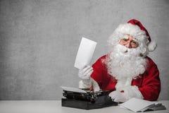Santa Claus répondant à sa correspondance photo libre de droits