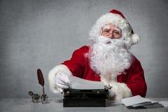 Santa Claus répondant à sa correspondance images libres de droits