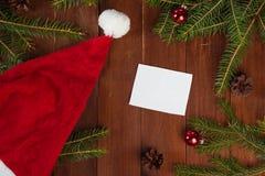 Santa Claus röd hatt på julbakgrund arkivfoton