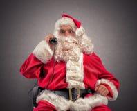 Santa Claus reçoit des demandes par l'intermédiaire du téléphone photographie stock libre de droits