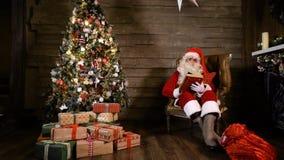 Santa Claus Read Book nära trädet X-mas lager videofilmer