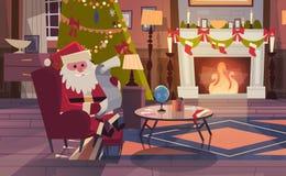 Santa Claus Read Wish List Sitting nahe Kamin im Wohnzimmer verziert für Weihnachts-und neues Jahr-Winterurlaube Lizenzfreie Stockbilder