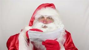 Santa Claus is readig brieven van jonge geitjes stock footage