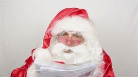 Santa Claus is readig brieven van jonge geitjes stock videobeelden