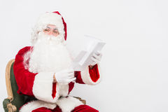 Santa Claus Reading Letter aisló sobre el baclground blanco Fotos de archivo libres de regalías