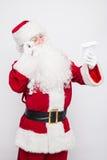 Santa Claus Reading Letter aisló sobre el baclground blanco Foto de archivo libre de regalías