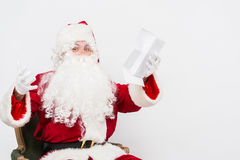 Santa Claus Reading Letter ha isolato sopra baclground bianco Fotografia Stock Libera da Diritti