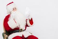 Santa Claus Reading Letter ha isolato sopra baclground bianco fotografie stock libere da diritti