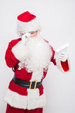 Santa Claus Reading Letter isolerade över vit baclground arkivfoton