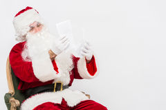 Santa Claus Reading Letter isolou-se sobre o baclground branco imagem de stock royalty free