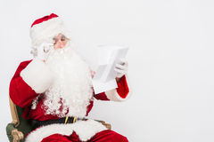Santa Claus Reading Letter isolou-se sobre o baclground branco fotos de stock royalty free