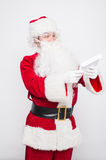 Santa Claus Reading Letter isolou-se sobre o baclground branco fotografia de stock