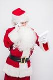 Santa Claus Reading Letter lokalisierte über weißem baclground Stockfotos