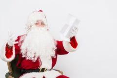Santa Claus Reading Letter lokalisierte über weißem baclground Lizenzfreies Stockfoto