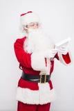 Santa Claus Reading Letter lokalisierte über weißem baclground stockfotografie