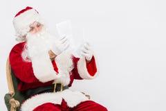 Santa Claus Reading Letter over witte baclground wordt geïsoleerd die Royalty-vrije Stock Afbeelding