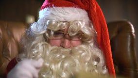 Santa Claus Reading Old Book ou álbum video estoque