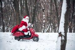 Santa Claus-Reiten auf Roller Lizenzfreie Stockfotografie