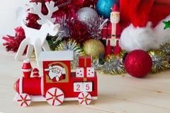Santa Claus, reno y decoración del tren de la Navidad Foto de archivo