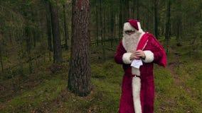 Santa Claus säger hälsningar till kameran arkivfilmer