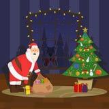 Santa Claus sätter gåvor under trädet Royaltyfria Foton