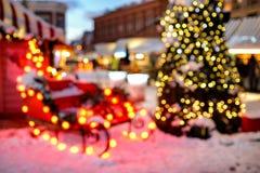 Santa Claus-` s Pferdeschlitten und Christmass-Baum in bokeh Lichtern Hintergrund Stockfotos