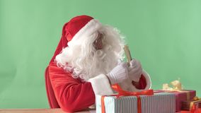 Santa Claus satisfeita conta dólares, dinheiro, e mostrar como o sinal, chromakey no fundo video estoque