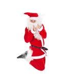 Santa Claus sautant avec le pouce vers le haut du signe Images libres de droits