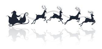 Santa Claus-Schattenbild, das einen Pferdeschlitten mit Rotwild reitet Lizenzfreie Stockfotografie