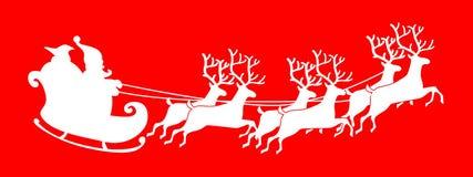 Santa Claus-Schattenbild, das einen Pferdeschlitten mit Rotwild reitet Stockfotografie