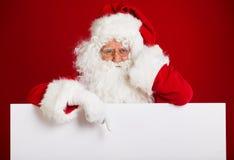 Santa Claus se dirigeant dans la bannière vide de publicité d'isolement sur r Images stock