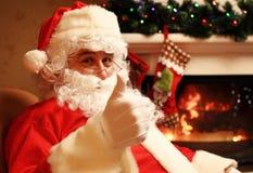 Santa Claus se tenant avec des pouces  Photo libre de droits