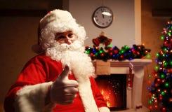 Santa Claus se tenant avec des pouces  Photographie stock libre de droits
