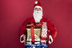 Santa Claus shows a large number of gifts Royalty Free Stock Photography