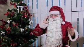 Santa Claus Is Sit & parlare il suo Smarthone, stanza archivi video