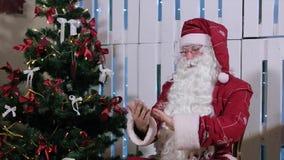 Santa Claus Is Sit & parlare il suo telefono, stanza con archivi video