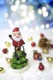 Santa Claus sitter på överkanten av julträdet Royaltyfri Fotografi