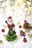 Santa Claus sitter på överkanten av julträdet Fotografering för Bildbyråer